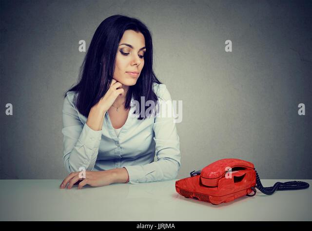 Porträt eines traurigen Frau, die darauf warten, dass jemand Sie anrufen Stockbild