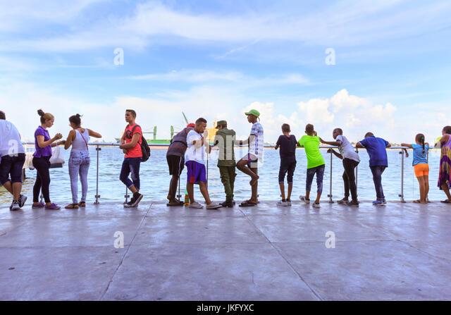 Kubaner warten für den Pendler Fähre von Havanna über Regla und Casa Blanca, Havanna, Kuba Stockbild