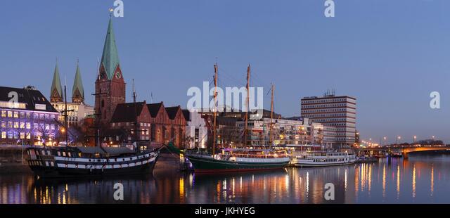 Weihnachtsmarkt Schlachtezauber Schlachte Mit Weser, Martinikirche Und Domtuermen Bei Abenddaemmerung, Bremen, Deutschland Stockbild