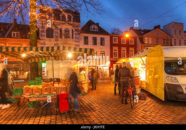 Wochenmarkt Im Abriß Mit Weihnachtsbeleuchtung Bei Abenddämmerung, Bremen, Stände Deutschland I-Markt Stockbild