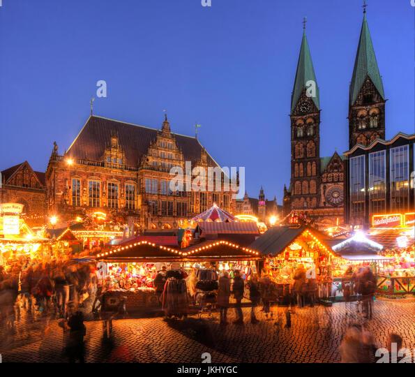 Altes Rathaus Mit Dom St. Petri Und Weihnachtsmarkt bin Marktplatz Bei Abenddämmerung, Bremen, Deutschland Stockbild