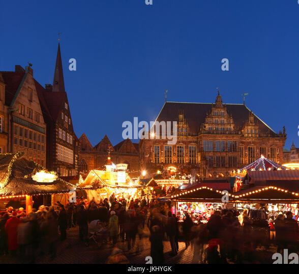 Altes Rathaus Mit Liebfrauenkirche Und Weihnachtsmarkt bin Marktplatz Bei Abenddämmerung, Bremen, Deutschland Stockbild