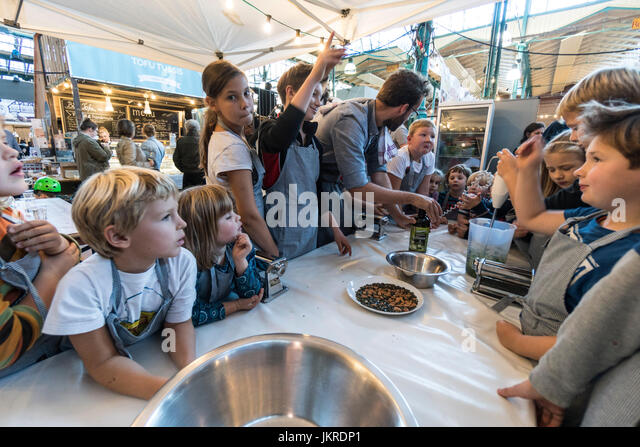 Markthalle 9, Food-Workshop mit Kindern, Kreuzberg, SO 36, Berlin Stockbild