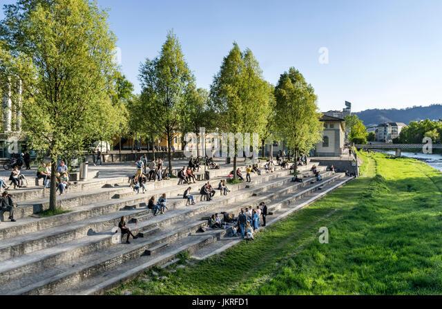 Sigi Feigel Terasse, Menschen, die entspannen, Fluss Sihl, Gessnerallee, Zürich, Schweiz Stockbild