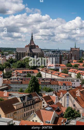 Skyline von Rostock, Blick vom Turm der Petri-Kirche, Hintergrund St. Marys Kirche, Marienkirche, Mecklenburg-Vorpommern, Stockbild