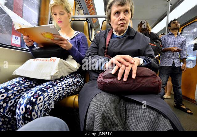 Brüssel, Belgien. Leute, die eine Beförderung mit der U-Bahn Stockbild
