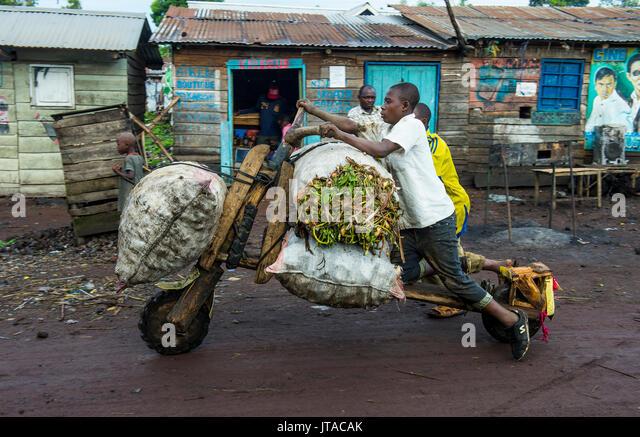 Lokaler Mann ihre Waren transportieren auf selbst gemacht Carrier, Goma, Demokratische Republik Kongo, Afrika Stockbild
