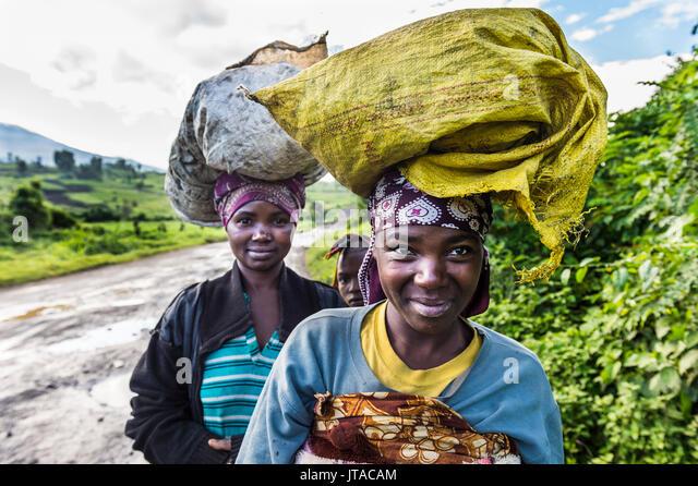 Lokale Frauen, waren auf ihre Köpfe, Virunga National Park in der Demokratischen Republik Kongo, Afrika Stockbild
