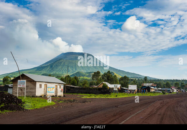 Mount Nyiragongo drohenden hinter der Stadt Goma, Demokratische Republik Kongo, Afrika Stockbild
