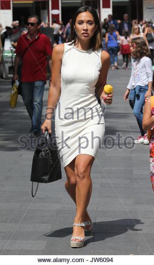 Myleene Klass tragen verschönert Neck figurbetontes Kleid, als sie Blätter Capital Radio mit ihrer Tochter Stockbild