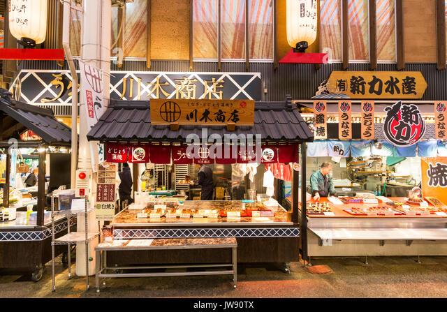 Japan, Kanazawa. Omi-cho frische Lebensmittel Markthalle. Zwei Take-away-Meeresfrüchte Geschäfte mit offenen Stockbild