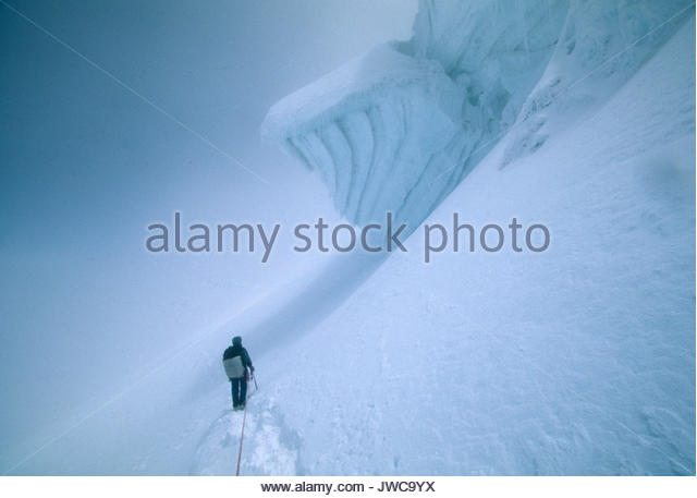 Ein Bergsteiger absteigend Cotopaxi. Auf 5895 Metern ist er der höchste aktive Vulkan der Welt. Stockbild