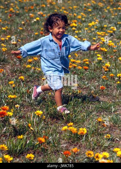 Kleine pre-k Mädchen in der grasartigen Blume Bereich Sommer Kind läuft, 3, Stockbild