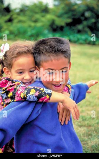 Asiatische amerikanische Kinder Spaß Bruder spielen mit jüngeren Schwester Stockbild