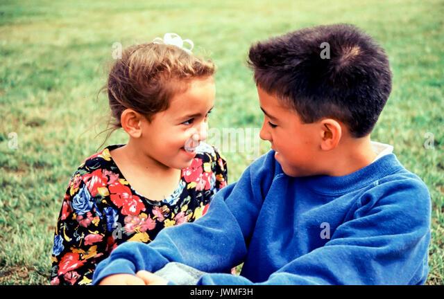 Asiatische Bruder 8-9 Jahre alt zusammen spielen im Gespräch mit jüngeren Schwester 5-6 Jahre alt Stockbild