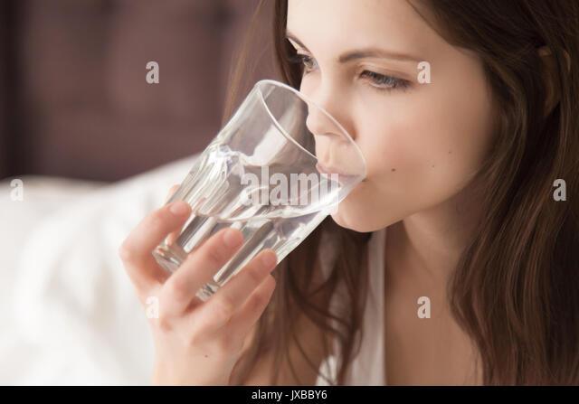 Junge dehydriert Frau Durst, trinken Wasser f Stockbild