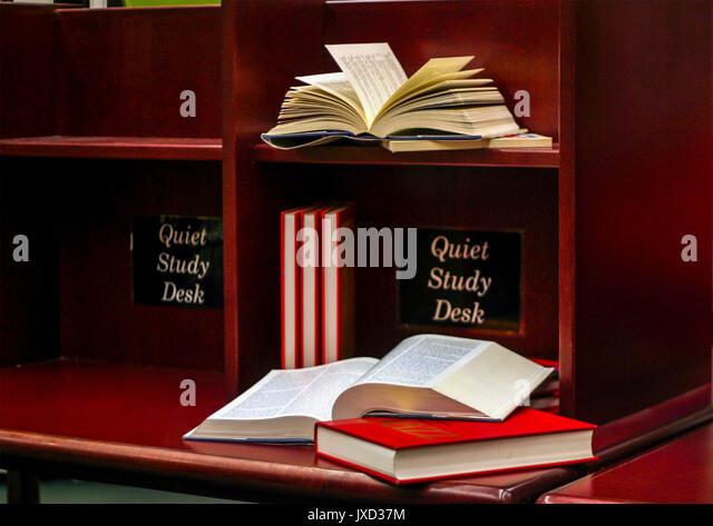 Ruhige Studie Schreibtisch in der Bibliothek Stockbild