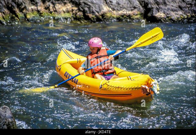 Junge person Kind 9-12 Jahre alten whitewater rafting Stromschnellen Rogue River, Oregon abenteuer abenteuer niedrigen Stockbild