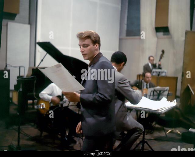 FRANK IFIELD Australische pop Sänger in einem Tonstudio in 1963 Stockbild