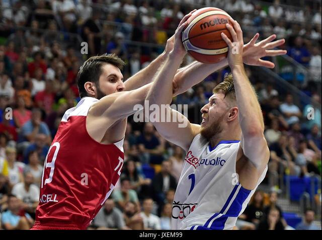 Furkan Aldemir der Türkei, Links, und Patrik Auda der Tschechischen Republik in ein freundliches Spiel Tschechien Stockbild