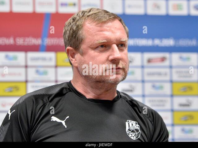 Pilsen, Tschechische Republik. 16 Aug, 2017. Pavel Vrba, Trainer der Viktoria Plzen, spricht mit Journalisten während Stockbild