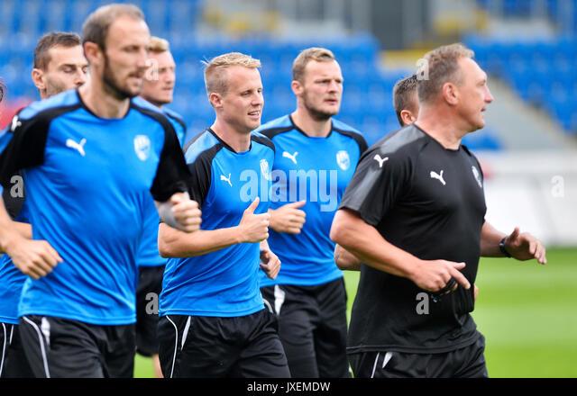 Pilsen, Tschechische Republik. 16 Aug, 2017. Tschechische Spieler David Limbersky, Dritte rechts, besucht eine Schulung Stockbild