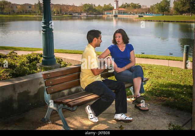 Junge teen Paar Freunde Freundschaft sprechen auf der Parkbank Schutzsystem im Gespräch © Myrleen Pearson Stockbild