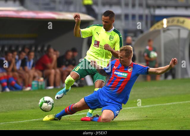 L-R Acoran (Larnaca) und Jan Kopic (Pilsen), die in Aktion während der 4. Runde der Play-off-UEFA Europa League Stockbild