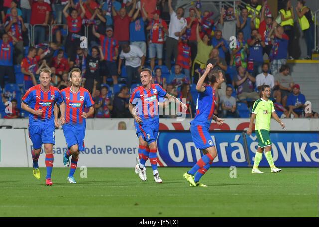 Spieler von Pilsen feiern Sie ein Ziel während der 4. Runde der Play-off-UEFA Europa League Fußball-Spiel Stockbild