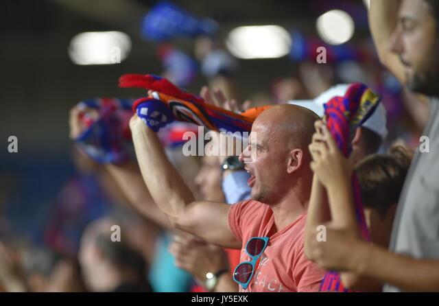 Fans von Pilsen besucht die 4. Runde der Play-off-UEFA Europa League Fußball-Spiel FC Viktoria Plzen vs AEK Stockbild