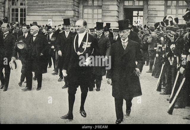 Delegierte verlassen nach der Unterzeichnung des Versailler Vertrages am 28. Juni 1919 Stockbild