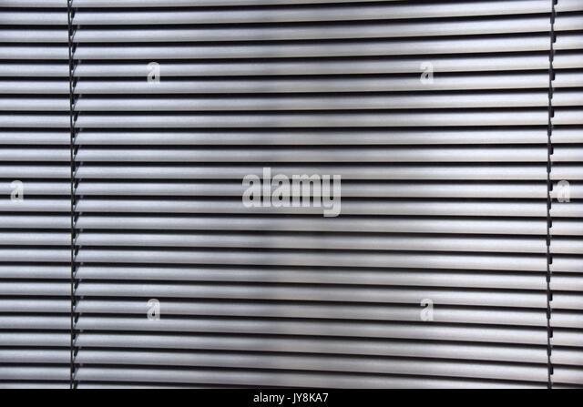 Jalousien aus Metall hinter einem Fenster, Jalousien und Vorhänge, horizontalen Lamellen aus Metall, Markisen, Stockbild