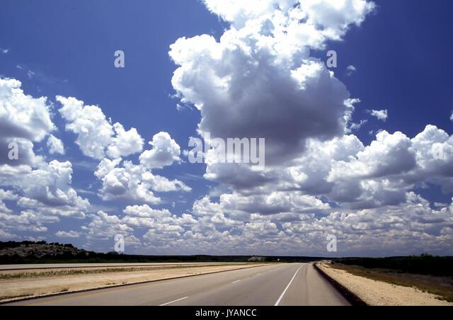 Wolken blauer Himmel Himmel und Erde Wide Angle Shot von leuchtenden Himmlischen cumulous Wolken über leere Stockbild