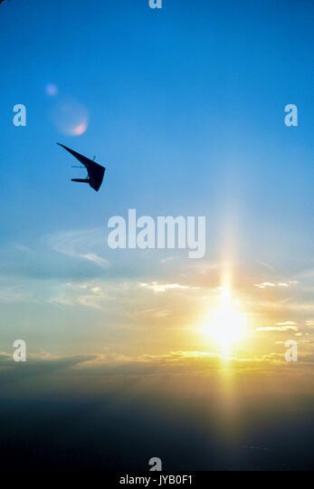 Hängegleiter, Flug in ruhigen Himmel bei Sonnenuntergang Sonnenaufgang über Newport Beach, Kalifornien Stockbild