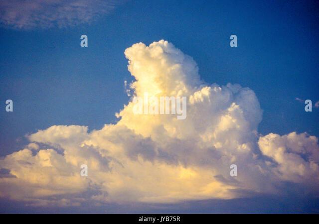 Blue Sky Thunder Cloud Wolken im blauen Himmel © Myrleen Pearson Stockbild