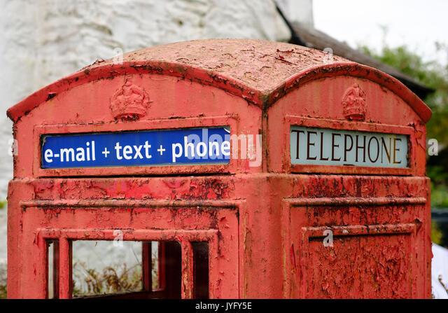 Alten roten Telefon Zelle mit Schreiben e-mail + Text + Telefon, St Neot, Bodmin Moor, Cornwall, England, Vereinigtes Stockbild