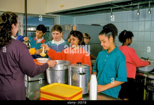 Jugend Gruppe Mahlzeit zu Obdachlosen dienen Stockbild