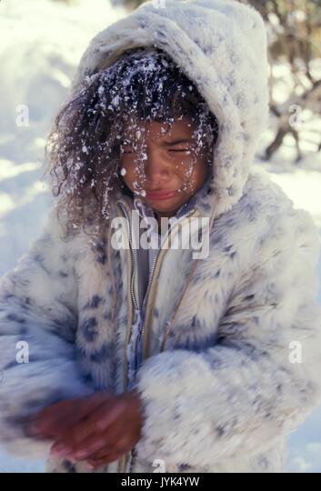 Ethnische Kind zittern Mädchen 5-7 Jahre alten im Schnee Winter HERR Myrleen Pearson Stockbild