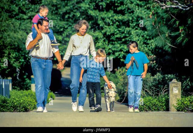Familie zu Fuß fünf Hund draußen Stockbild