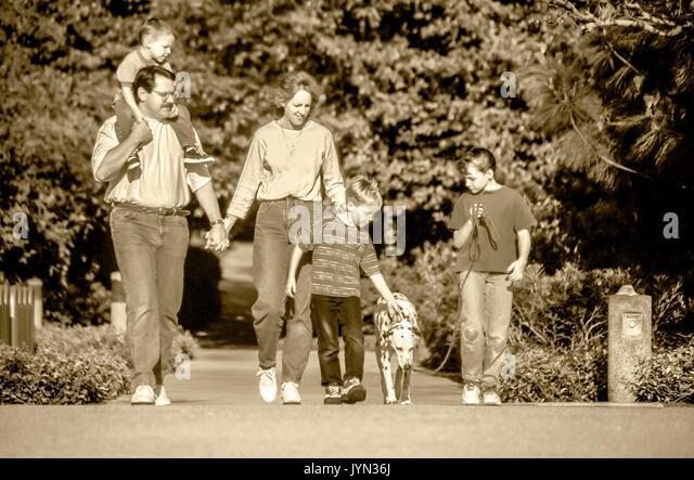 Familie zu Fuß fünf Hund draußen Schwarz & Weiß Stockbild