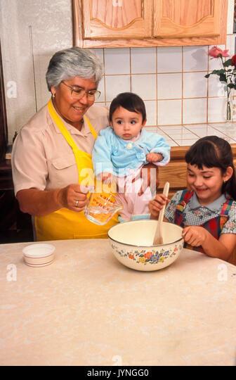Hispanic Großmutter oma Enkel Helfen helfen Kind Lehre niedliche Mädchen Frau baby arbeitet mit Kind Familie Stockbild
