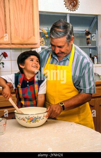 Opa mischen Teig Lehre niedlichen kleinen Jungen Vorbild Vorschüler pre-k verehrenden adorable Generationen Stockbild