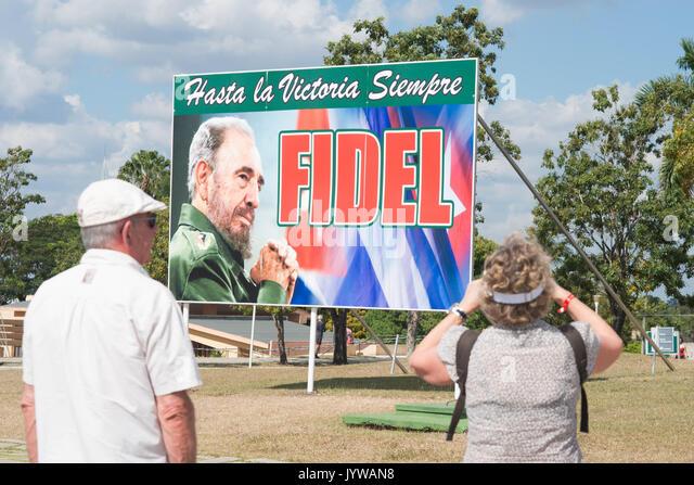 Touristen vor Poster von Fidel Castro in Santa Clara, Kuba Stockbild