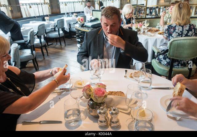 Roux an der Landau Restaurant, The Langham Hotel, 1 C Portland Pl, Marylebone, London W1B 1JA UK Business Mann mit Stockbild