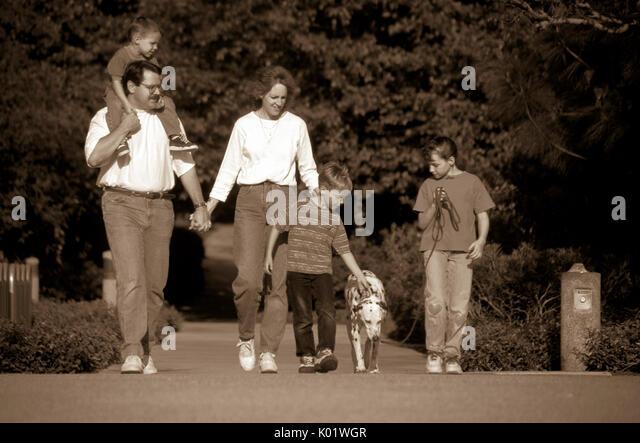 Familie zu Fuß fünf Hund draußen B&W Schwarz und Weiß vintage äußeren Natur Urlaub Stockbild