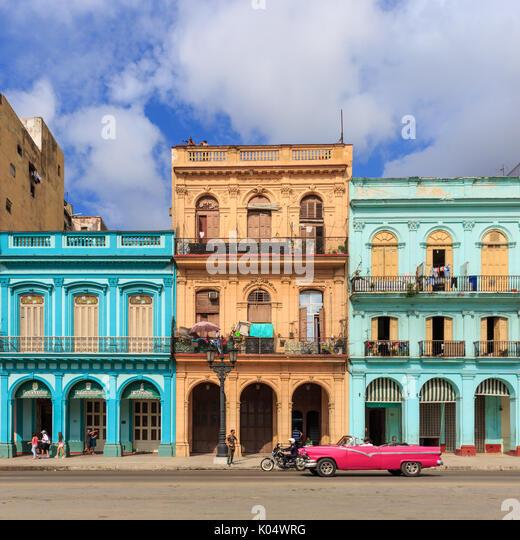 Historische Gebäude, typische farbenfrohe Architektur und Menschen in Paseo de Marti, La Habana Vieja, Alt Stockbild