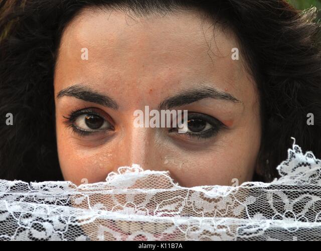 Marga verbirgt sich hinter dem Vorhang Stockbild
