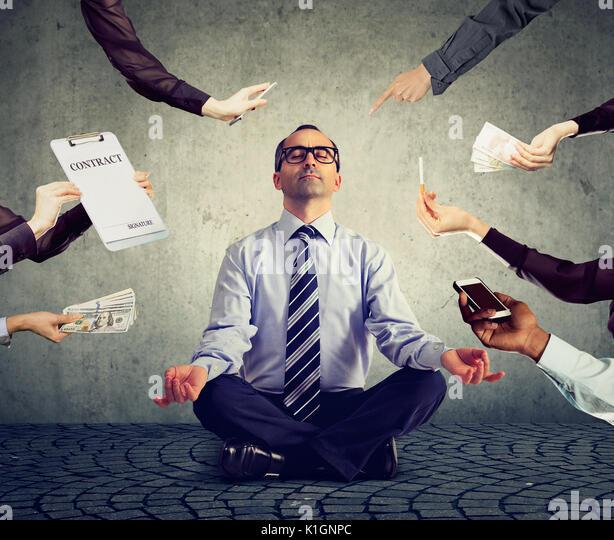 Ausgereifte Mensch ist Meditation Stress der hektischen Corporate leben zu entlasten Stockbild