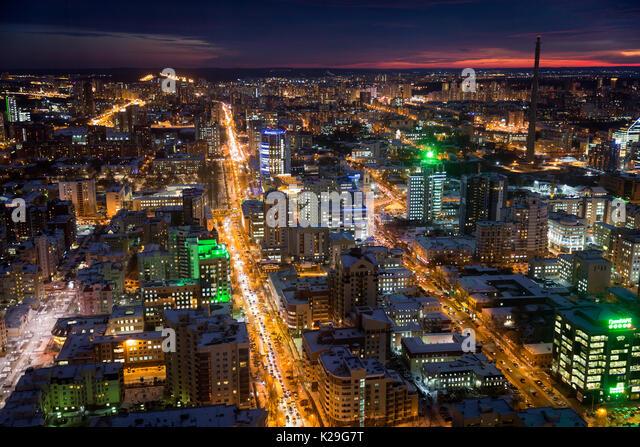 Jekaterinburg in der Nacht. Die schöne Erscheinung ist gleichbedeutend mit der Tatsache, dass es als AIDS und Stockbild