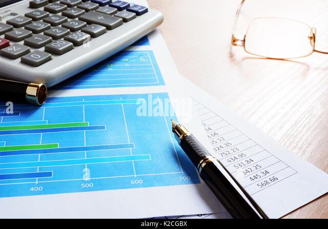 Office Tabelle der Unternehmer oder Investor mit Geschäftsdokumenten. Stockbild